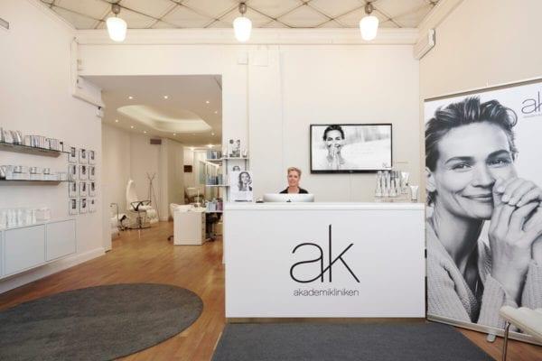 Receptionisten välkomnar till Akademikliniken Skin Center Mariatorget