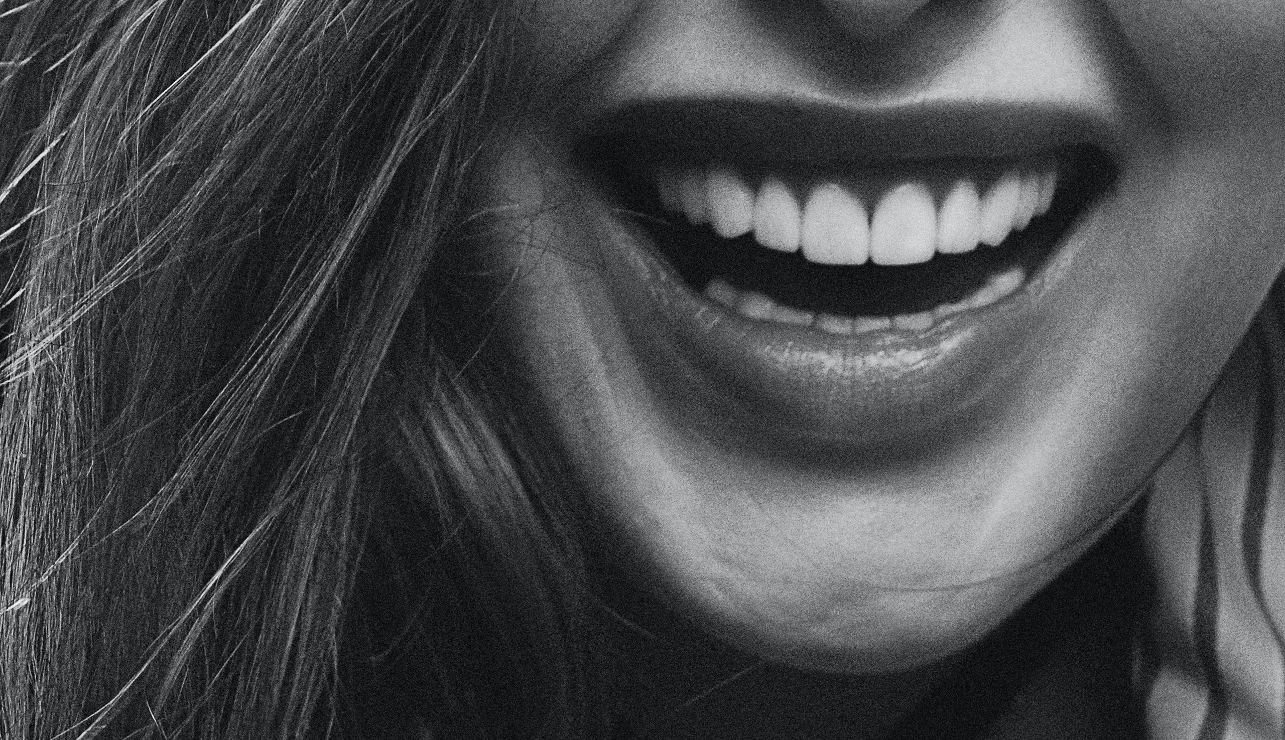 Kvinna med stort härligt leende