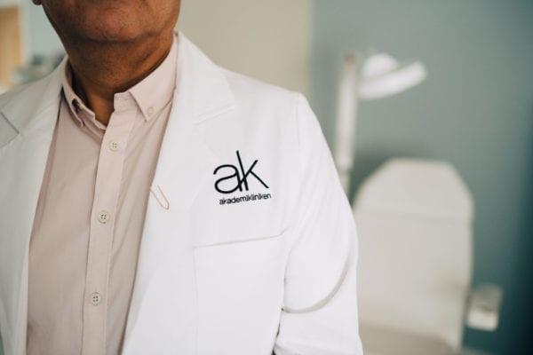 Kirurg i läkarrock på Akademikliniken